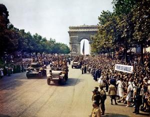 La Nueve assure la sécurité personnelle du Générale De Gaulle sur les Champs Élysées le 26 août 1944.